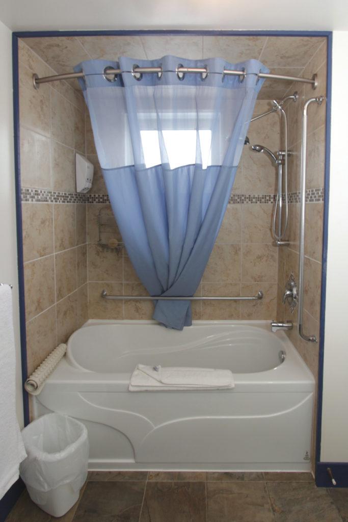 Room18 Recessed Tub